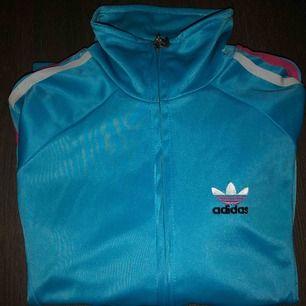 Adidaströja i storlek S, superfint skick♥️ säljer även en i rosa om man är intresserad!