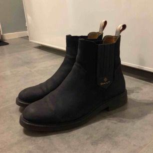 Snygga boots som jag endast använt ett par gånger . Tyvärr är dom för små för mig.