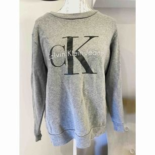 Grå Calvin Klein tröja i storlek S. Är i bra skick, använd max 2-3 gånger.