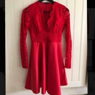 Säljer min super fina röda klänning från Nelly! Den är i super fint skick eftersom den bara använts två gånger!  Finns att hämta i Dala-Floda men kan tas till Falun, annars står köparen för frakten.  Betalning sker via swish!