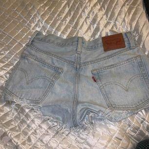 Skitsnygga levi's jeansshorts med storlek 26 i midjan(passar mig som är ungefär storlek 34) Frakt ingår i priset, dma vid intresse🥰🥰
