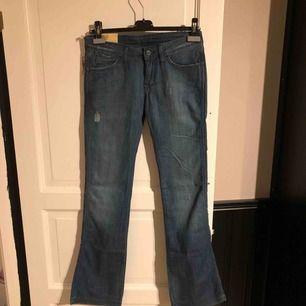 Säljer ett par helt nya jeans från wrangler. Storlek 28/34