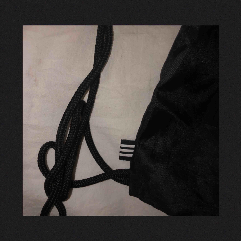 Adidas gympapåse i gott skick! Frakt tillkommer och betalningen sker via Swish.. Accessoarer.