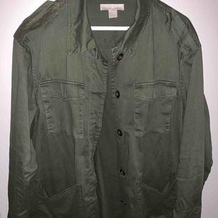 En av mina favvojackor, tunn i tyget kan användas som skjorta den är oversized passar med allt i en fin militärgrönt mörkgrön färg! Fint skick