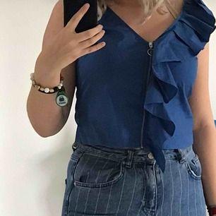 Korn blå blus med diagonal volang och dragkedja  kontakta mig om frakt samt annan information❤️❤️