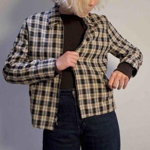 Rutig overshirt/tunn jacka från märket Eavide Paul New York. Går även att använda som skjorta! Silvrig dragkedja framtill samt fickor.