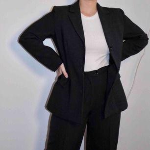 Grå oversized kavaj från märket Maria Westerlind. Storlek saknas men passar oversized på strl S och M! Matchar de gråa kostymbyxorna som vi också säljer.