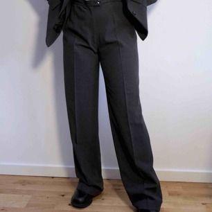 Gråa kostymbyxor från Wera Stockholm i storlek 40. Rak passform. Sparsamt använda och i väldigt fint skick!