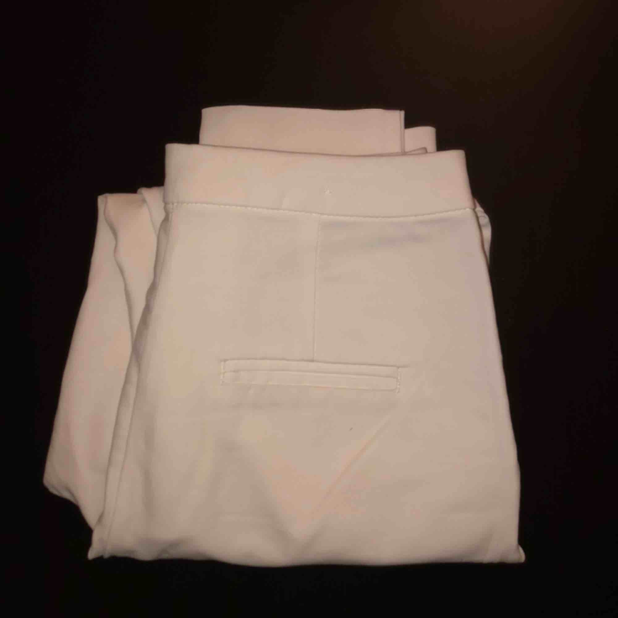 """Säljer mina jättefina vita kostymbyxor, knappast använda! De är i nyskick. Passar mig med XS-S. Sitter lite tightare, alltså inte """"lösa"""" kostymbyxor.. Jeans & Byxor."""