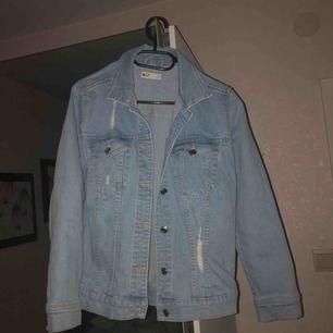 Jeans jacka från Ginatricot, endast provad. Fler bilder kan skickas. Frakt tillkommer.