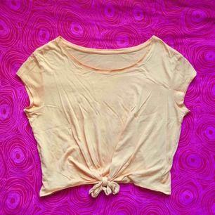 🍑 Ljus orange t-shirt 🍑 Frakt är inkluderat i priset! Skriv gärna om du har några frågor! 💕