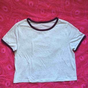 💿 Ljusgrå croppad t-shirt med mörklila kanter 💿 Frakt är inkluderat i priset! Skriv gärna om du har några frågor! 💕