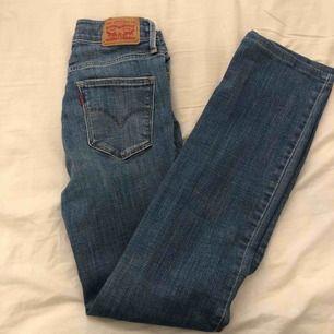 Mellanblå levis jeans i modellen slimming straight, se tredje bilden för passform. Dessa är aningen större än 24, passar mellan 24/25.  Möts upp i stockholm, kan fraktas men köpare står för frakt.  Dm för mer bilder/info 💕