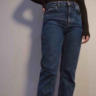 Sparsamt använda jeans från weekday i modellen voyage och i storlek 27/30.