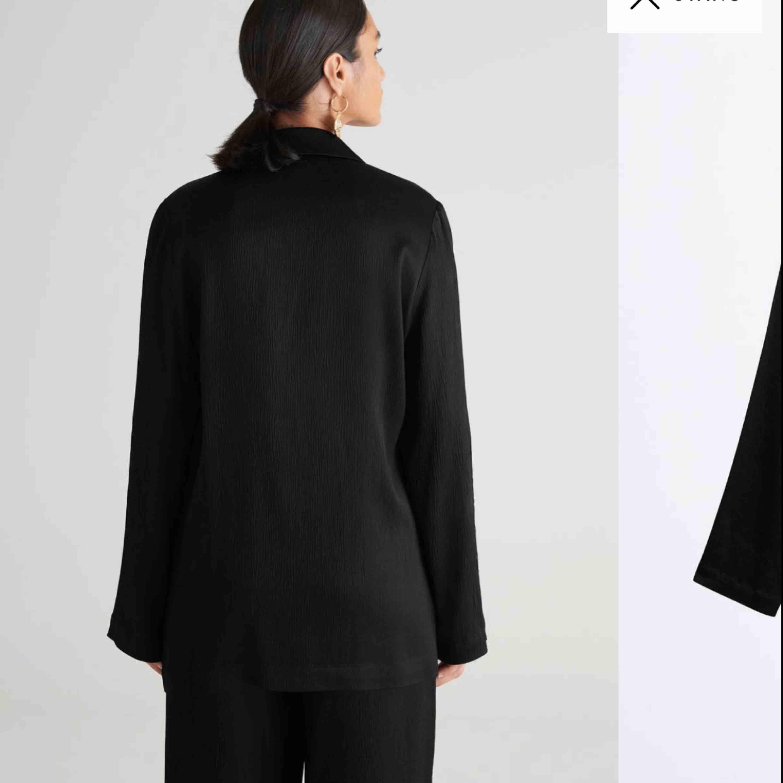 HELT NY BLAZER från Gina Tricot. Använd 1 gång.  Plagget finns i butik för 499kr.  Finnsi halmstad annars tillkommer en fraktkostnad på 50kr.. Kostymer.