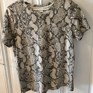 Fin T-shirt med snakemönster 😍 fint skick! Frakten är inkluderad
