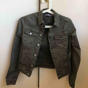 En ascool jeans jacka. Färgen är en bladning skulle jag säga mellan militärgrön och grå, sitter som en XXS enligt mig, brukar ha XS men den va lite tajt.