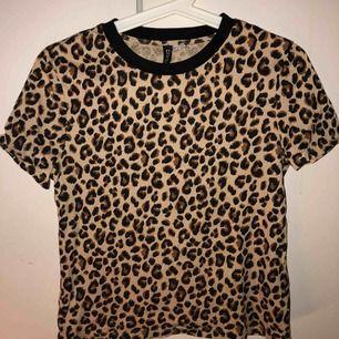 T-shirt i leopadmösnter. Testat den men aldrig använd efter det, sitter bra på och är bra i storleken