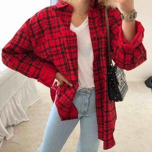 Rutig röd skjorta/jacka i storlek L, passar superbra som oversized!! Jättefint skick!