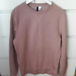 En tjockare snygg ljusrosa tröja som passar perfekt nu till hösten. Tröjan är ganska oversized på mig som vanligtvis har S/M. Använd ett fåtal gånger. Frakt ingår i priset!