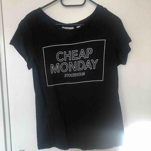 Snygg t-shirt från Cheap Monday i nyckick! Köparen står för eventuell frakt 😇❤️