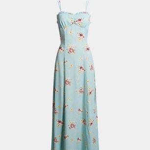 Superfin klänning från BikBok som aldrig är använd (prislapp kvar). Slits på båda sidor och ett knyte runt midjan. Köpt för 400, frakt tillkommer