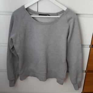 Snygg grå tröja från Lager 157. Varm tröja som passar perfekt nu till hösten. På lappen står det M, men tycker den är mer som en S. Frakt ingår i priset!