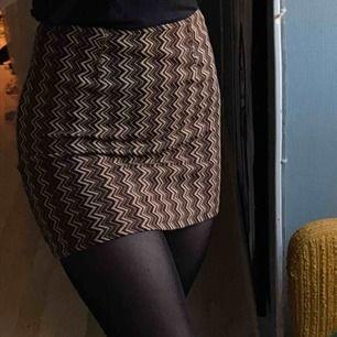 Mönstrad kjol i stretchigt material. Står ingen storlek men skulle säga XS/S då midjan är stretchig:) köparen står för frakt<3