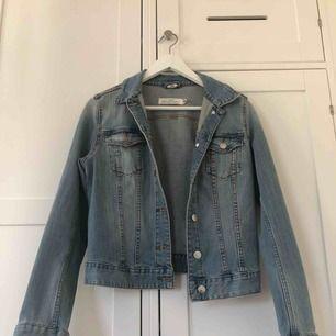 En super fin jeansjacka som tyvärr blivit för liten för mig! Själva jackan kostar 100kr men om jag ska måla något på den kostar det extra, men det beror på vad som ska målas. Sista bilden är ett exempel på vad jag kan måla🥰 Frakt: 40kr