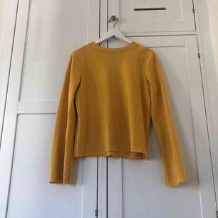 En super gullig senapsgul tröja som jag tyvärr aldrig fått användning för☺️ Original pris 200kr. Frakt är 50kr, annars kan vi mötas i Göteborg. I mycket fint skick då den aldrig vart använd.