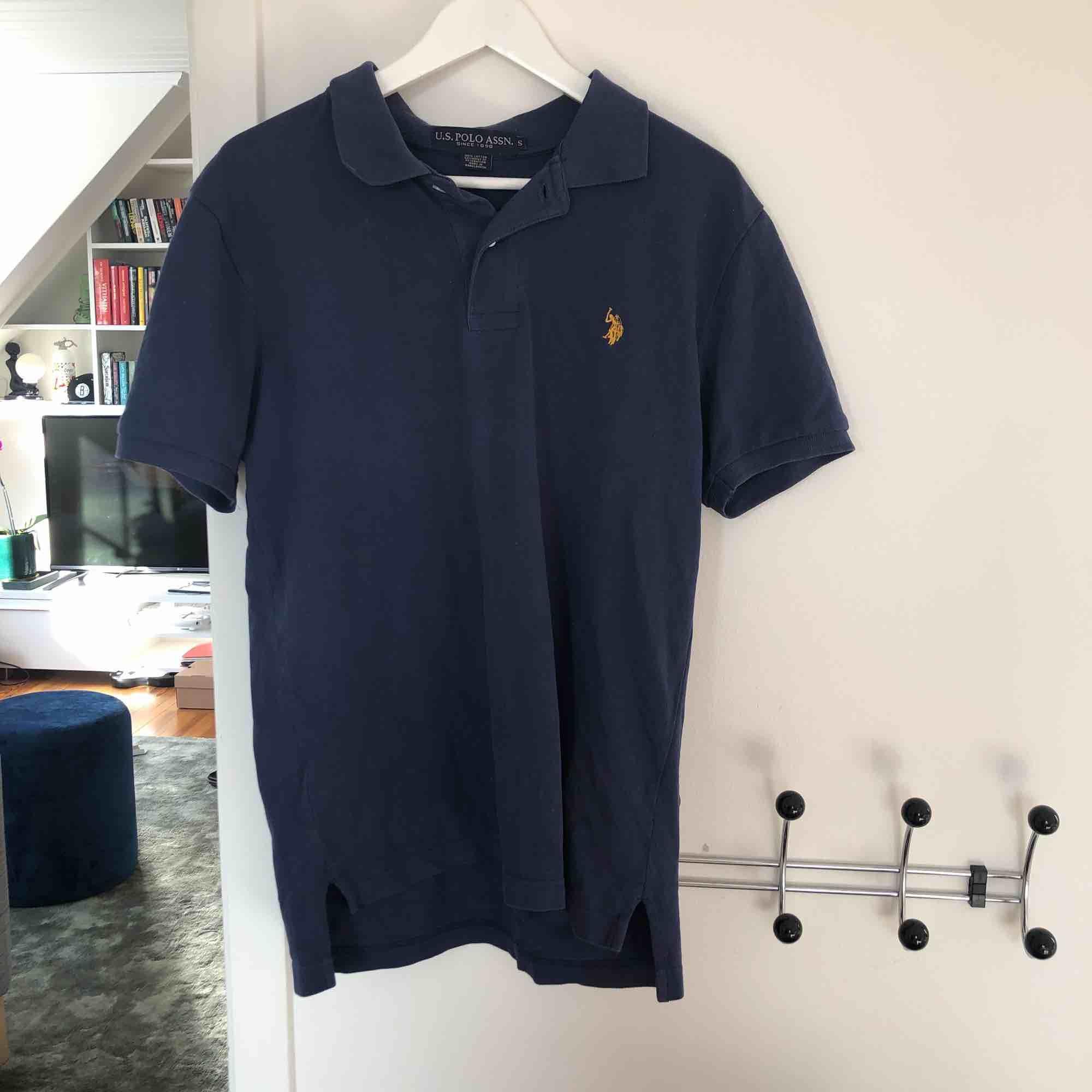 Knappt använd Polo-tröja. Vet ej om den är äkta. Köparen står för frakt.. T-shirts.