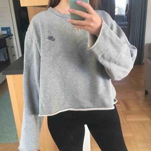 Sweatshirt från Nike i stor storlek som jag klippt nedtill och i ärmslut för en vidare look. Superfin. Frakt tillkommer