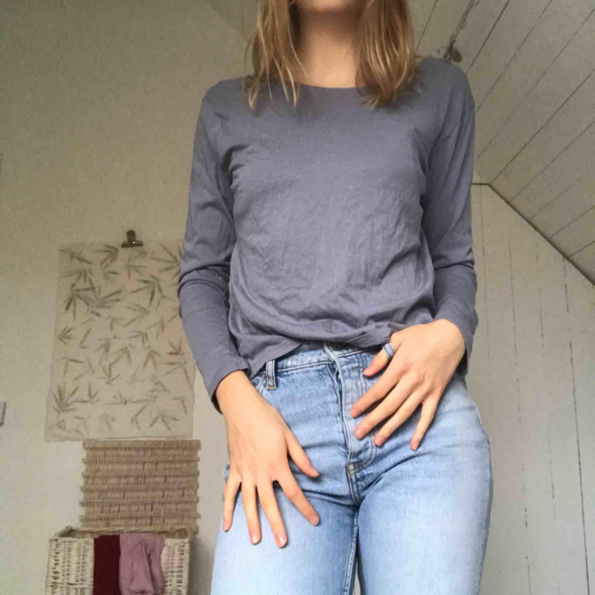 Matt blå tröja med djup rygg. Använd en gång, köpt på nakd. Frakt 36kr, kan också mötas upp ☺️. Toppar.