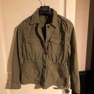 Säljer en grön jeansjacka från hm i storlek 40. Aldrig använd.