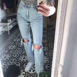 Säljer mina skitsnygga mom jeans från missguided!! Endast testade, alla lappar kvar.