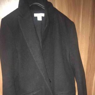 Säljer min långa kappa från hm. Knälång. I strl S. Men passar även en M.