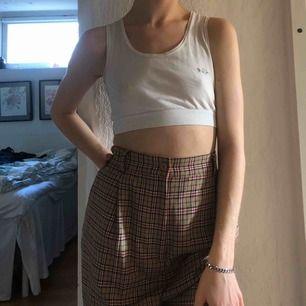 Svinsnygga rutiga byxor, i nyskick. Säljer för nästan aldrig använda. Skriv för fler bilder/frågor om storleken. Frakt står på 80kr men möts även upp i Stockholm :)