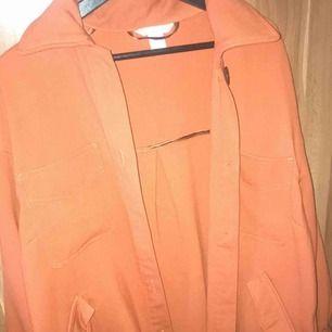 Säljer min fina vår jacka från HM. Jätte fin och går att använda som en kofta. Den är oversized så att om man använder M så kan man också ha den.