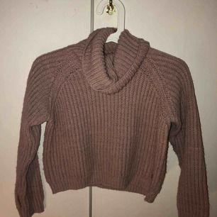 Stickad smutsrosa tröja med krage. Väldigt skön och varm. Passar utmärkt nu när det är kallt. Barnstorlek men passar fortfarande mig och jag är 16 år