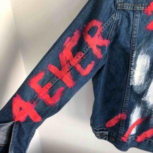 """Skitball jeansjacka som jag har målat på! """"4EVER YOUNG"""" står på ärmarna! Mycket bra skick! Kan fraktas"""