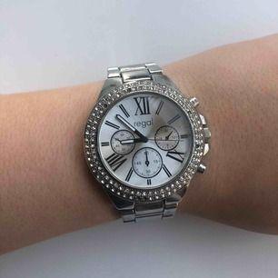 Regal klocka, saknas några diamanter. :)  Köparen står för frakt.