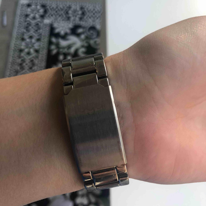 Regal klocka, saknas några diamanter. :)  Köparen står för frakt. . Accessoarer.