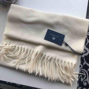 Helt ny halsduk från gant, aldrig använd! fick den i julklapp men den kommer inte till användning! Nypris 599:- köparen står för frakt av plagget.