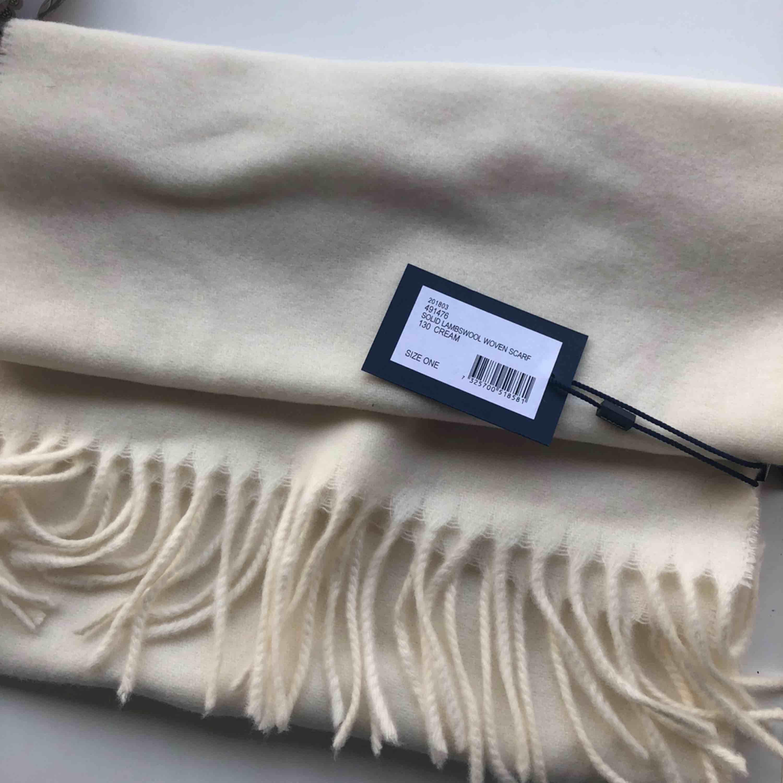 Helt ny halsduk från gant, aldrig använd! fick den i julklapp men den kommer inte till användning! Nypris 599:- köparen står för frakt av plagget. . Accessoarer.