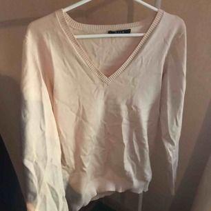 V-ringad tröja från Vila i en fin beige färg. Skönt material och är i bra skick