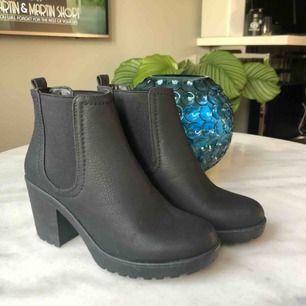 Fina stövletter i läderimitation från Boohoo. Storlek 36/UK 3.  Använda endast en gång, fantastiskt skick!⭐️