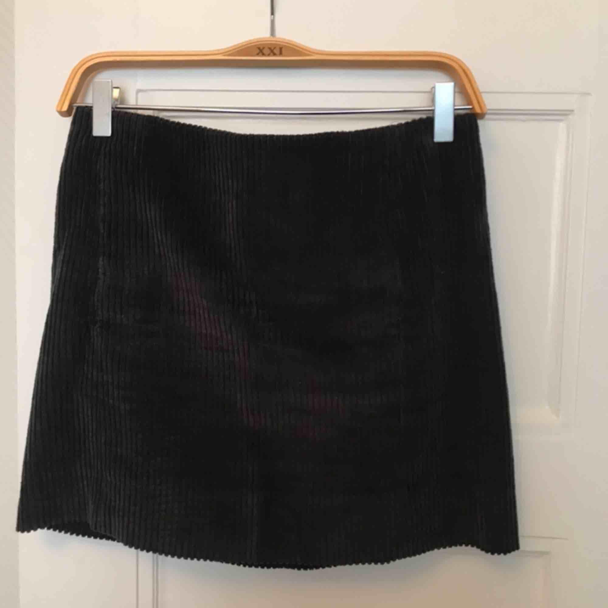 Grå corduroy kjol från COS! Köpt för cirka 600 kr och är i nyskick. Storlek 34 men passar även 36. Köparen står för frakten🌞. Kjolar.