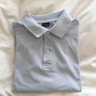 En snygg pikétröja från Kappa. Snygg knuten till en tröja under men även instoppad☺️ Köparen står för frakt