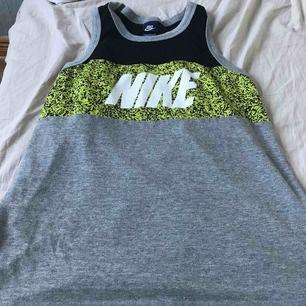 Nike linne jätte fin endast använd ett par gånger så gott som ny
