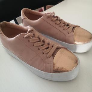 Fina sneakers från Asos, använda endast en gång men inte riktigt min stil tyvärr. Köparen står för frakt på 89kr.